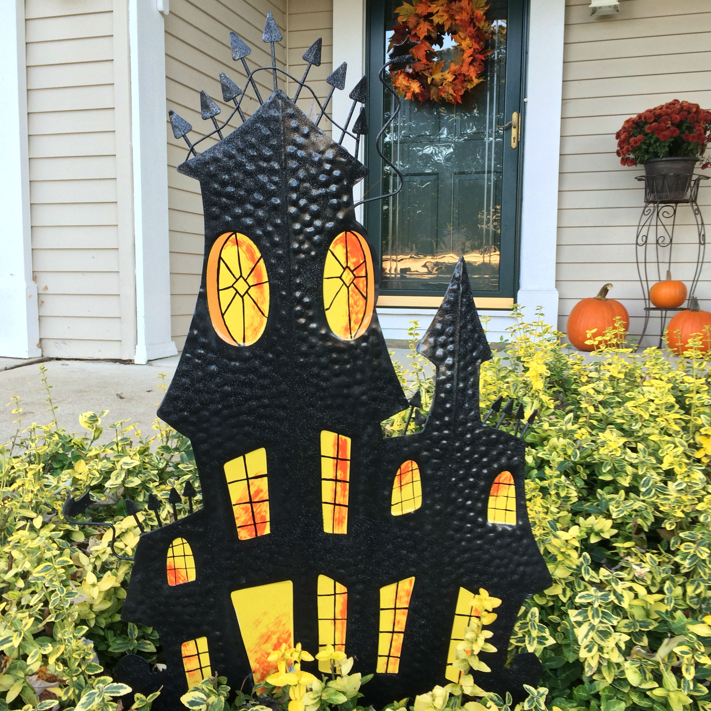 Outdoor halloween decor ideas on a budget my one and for Pinterest halloween outdoor decorations